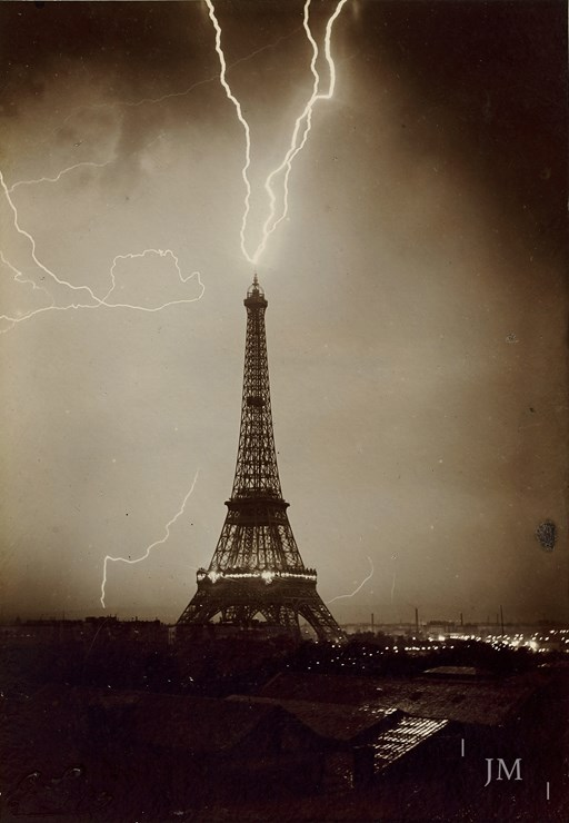 Tour Eiffel foudroyée